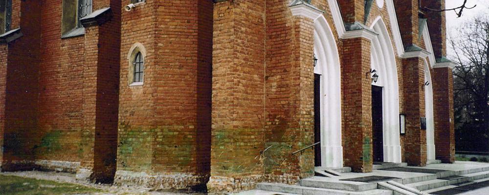 Zawilgocone mury kościoła